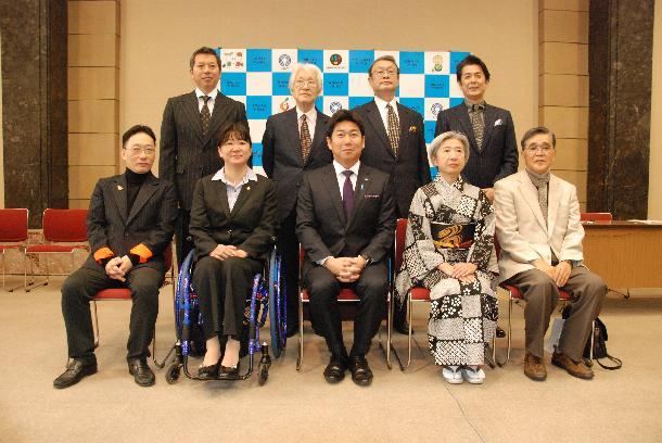 委嘱式の後、写真左奧からパンチ佐藤さん、佐藤忠男... 川崎市:川崎市市民文化大使 活動の様子