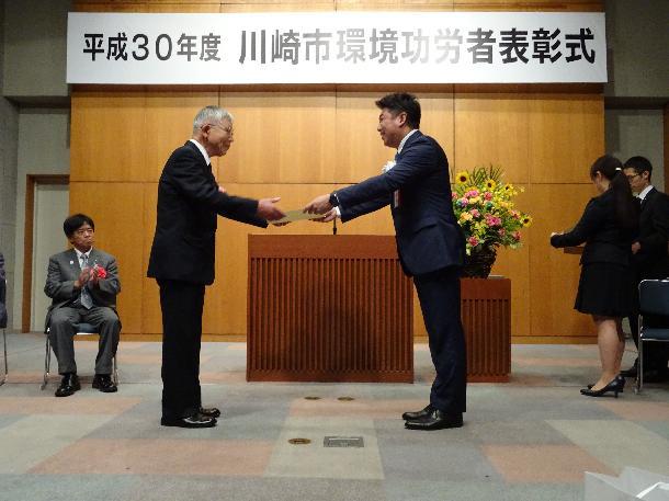 福田市長から表彰状が授与されました。